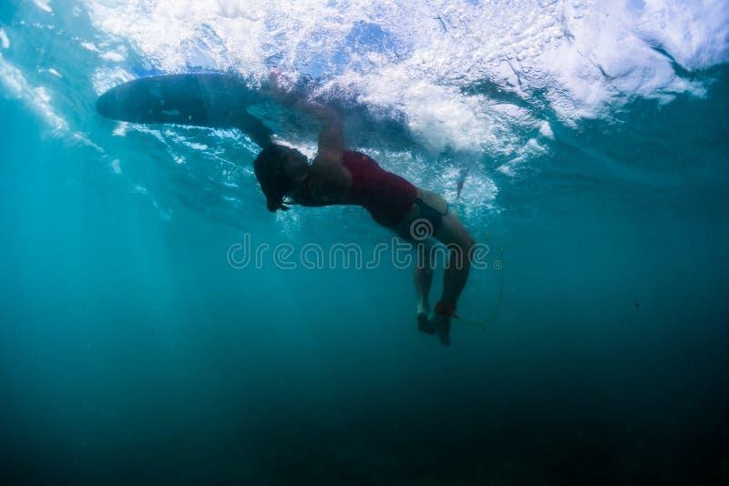 De surfer voert truc genoemd Schildpadbroodje uit royalty-vrije stock afbeelding