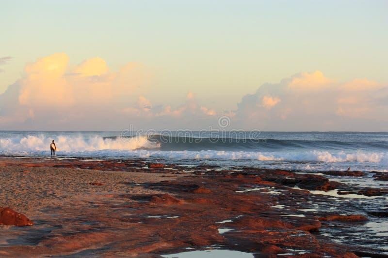 De surfer wacht royalty-vrije stock afbeelding