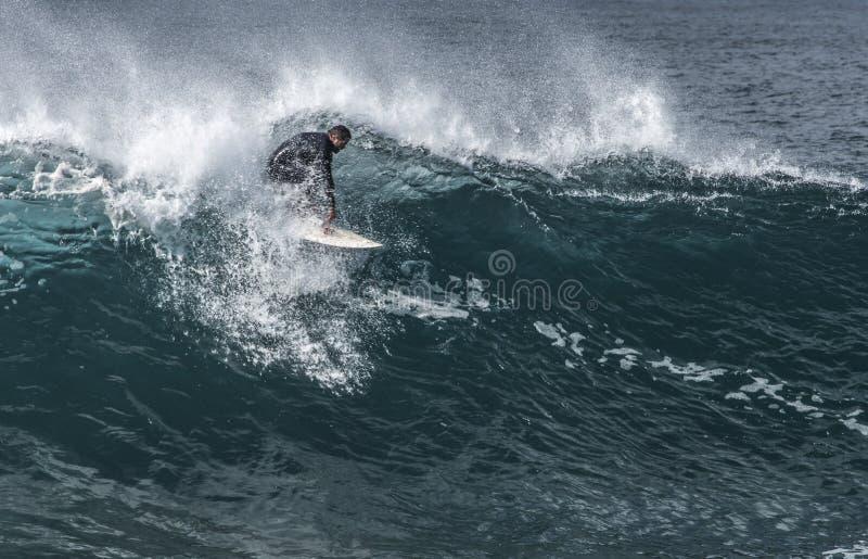 De surfer wordt uitgedaagd door een grote golf bij Maroubra-Strand royalty-vrije stock afbeeldingen