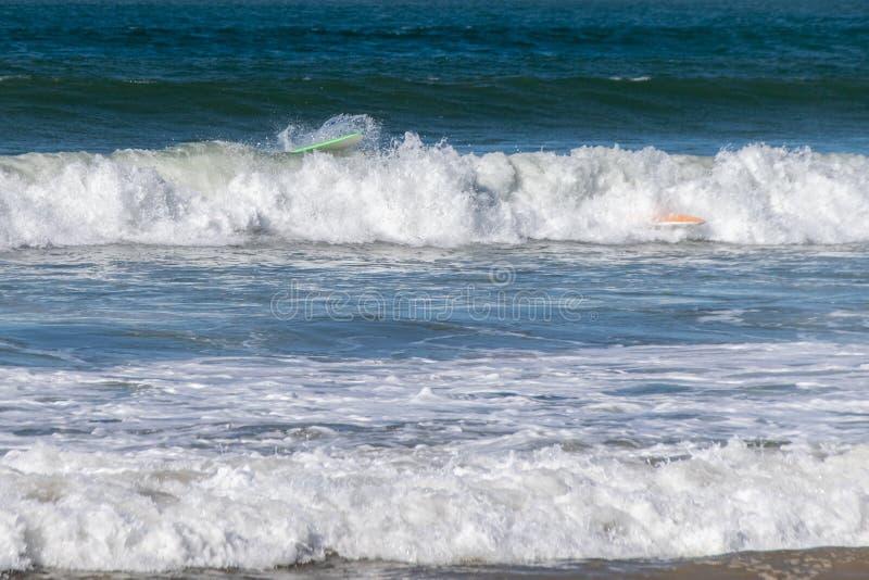 De surfplank doet teniet stock foto