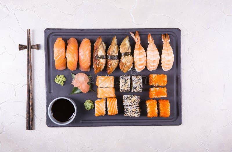 De sushi plaatsen gunkan, nigiri en broodjes dichte omhooggaand stock foto's