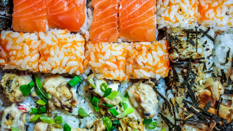 De sushi plaatsen gunkan, nigiri en broodjes dichte omhooggaand stock foto
