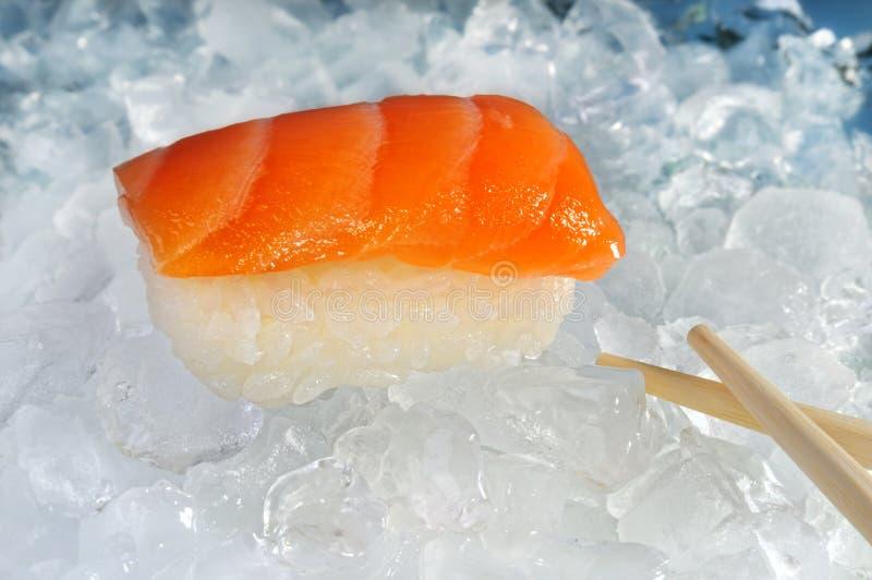 De sushi van de zalm op ijs stock foto