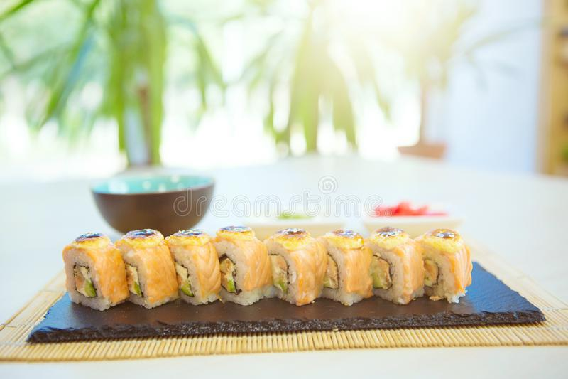 De Sushi van Maki - Broodje dat van Gerookte Paling, Roomkaas en Gefrituurde Groenten binnen wordt gemaakt royalty-vrije stock fotografie