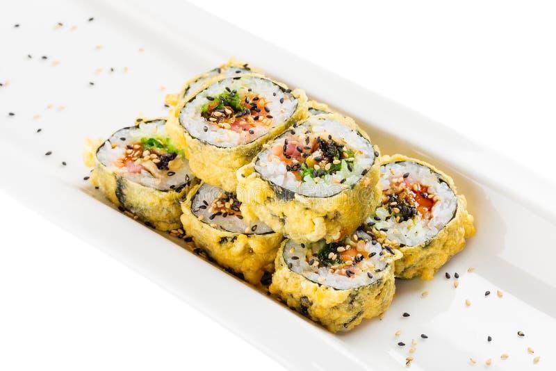 De sushi van Tempuramaki - gefrituurd heet sushibroodje met zalm, tonijn stock afbeeldingen