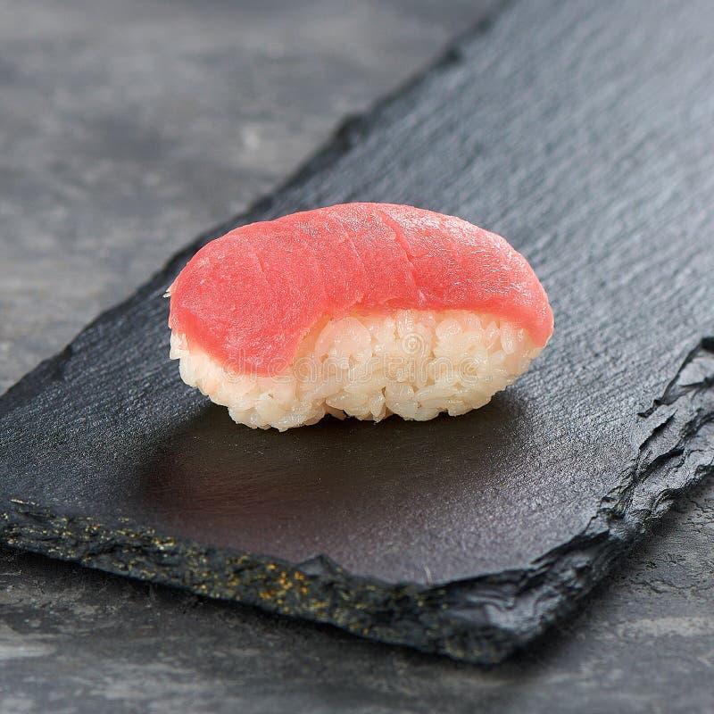 De sushi van tonijnnigiri op een zwarte schotel vanuit lage invalshoek royalty-vrije stock afbeelding