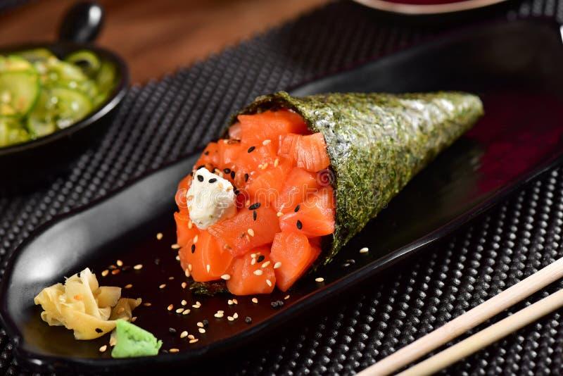 De sushi van zalmtemaki stock afbeeldingen