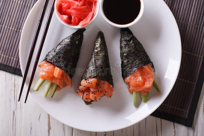 De sushi van zalmtemaki, gember en sausclose-up horizontale bovenkant vi stock afbeelding