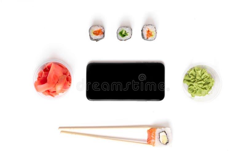 De sushireeks rolt op het witte van de de gembertelefoon van achtergrondeetstokjeswasabi concept van het de leveringsvoedsel royalty-vrije stock foto