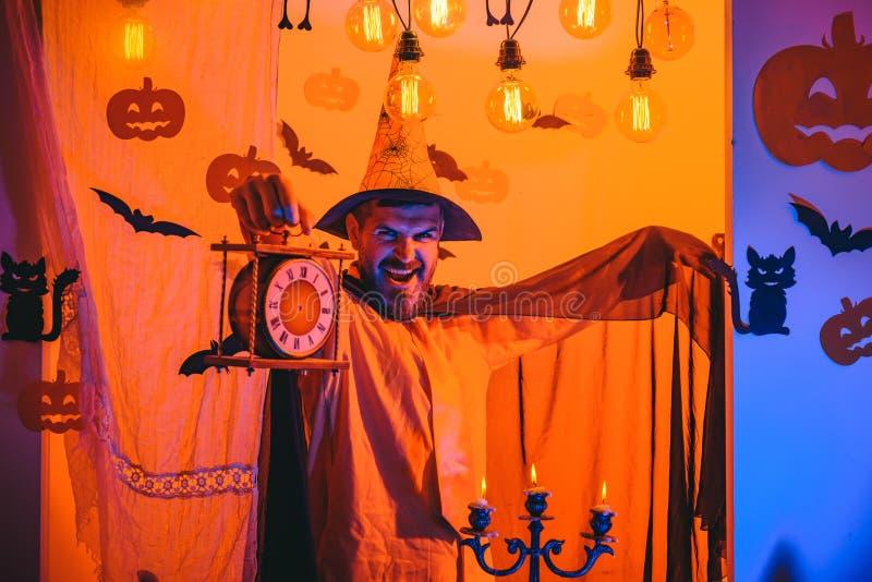 De symbolen van de vakantieviering op bakstenen muur Halloween, vakantieviering Grappige wijze tovenaar op een Halloween-achtergr stock foto