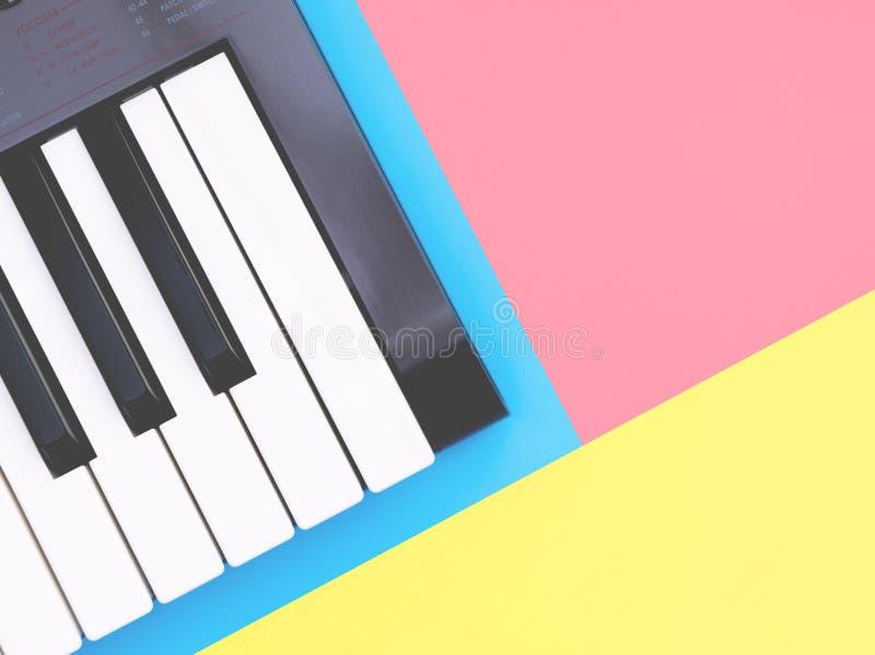 De synthesizer van het muziektoetsenbord op blauwe exemplaarruimte voor het concept van de Muziekaffiche stock afbeeldingen