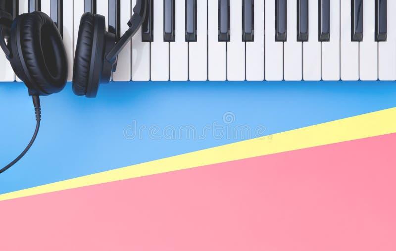 De synthesizer van het muziektoetsenbord op blauwe exemplaarruimte voor het concept van de Muziekaffiche stock fotografie