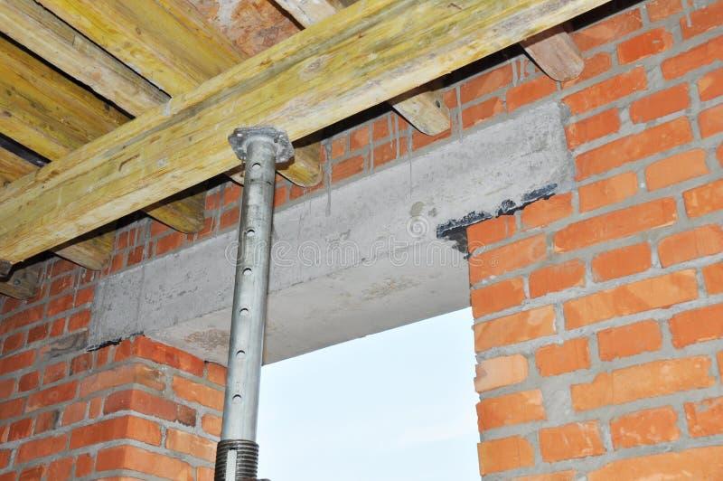 De systemen van het bekistingsplafond Plafondbekisting in onvolledig huis c royalty-vrije stock afbeelding