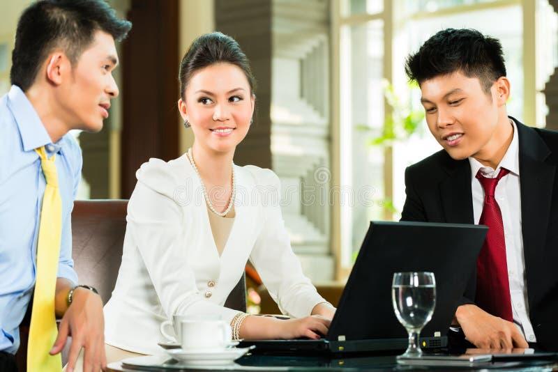 De t executivos chineses de reunião de apresentação foto de stock