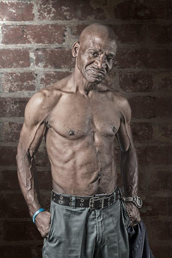 De taaie Hogere Afrikaanse Amerikaanse Mens van Musular met groot litteken op zijn Buik royalty-vrije stock afbeelding