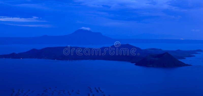 De taal vulkaan tagaytay Filippijnen van het meer stock fotografie