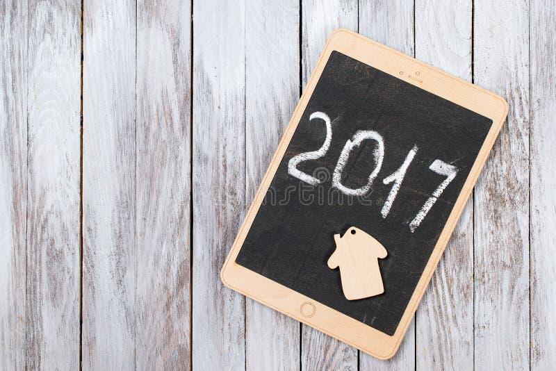 De tablet op houten achtergrond gelukkig nieuw het jaarconcept van 2017 Ruimte voor tekst stock foto's