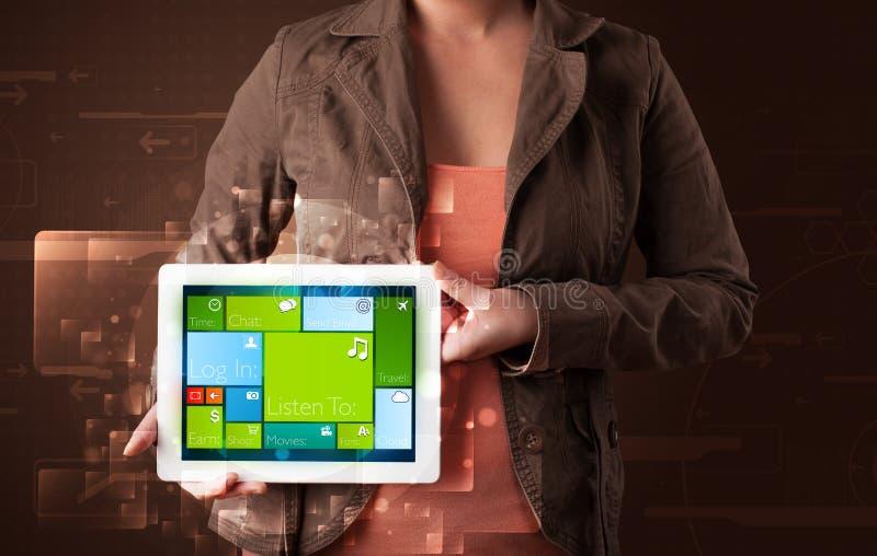 Download De Tablet Van De Dameholding Met Moderne Software Stock Foto - Afbeelding bestaande uit holding, e: 39100822
