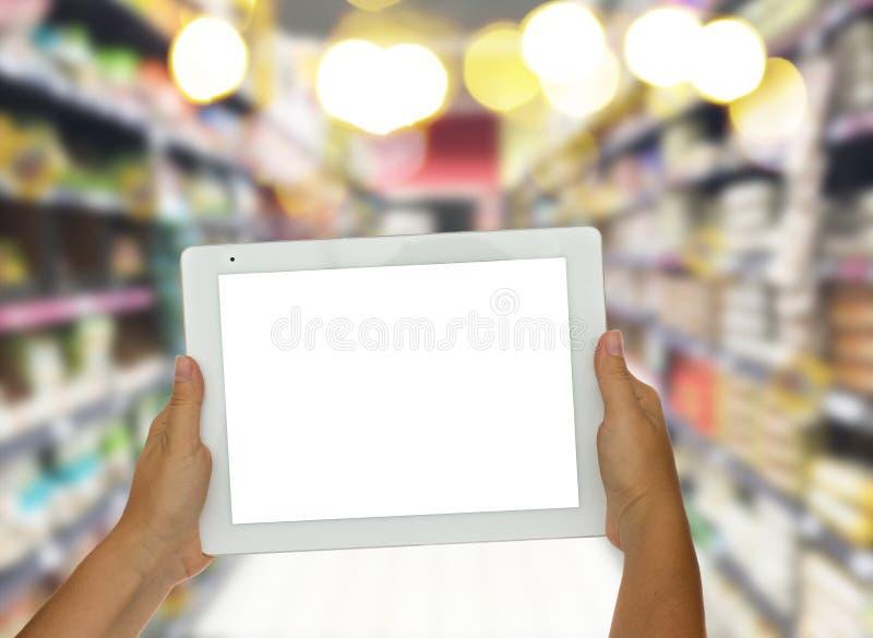 De tablet van de handholding in supermarkt royalty-vrije stock foto's