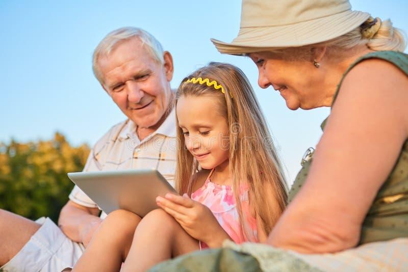 De tablet van de kindholding, grootouders stock fotografie