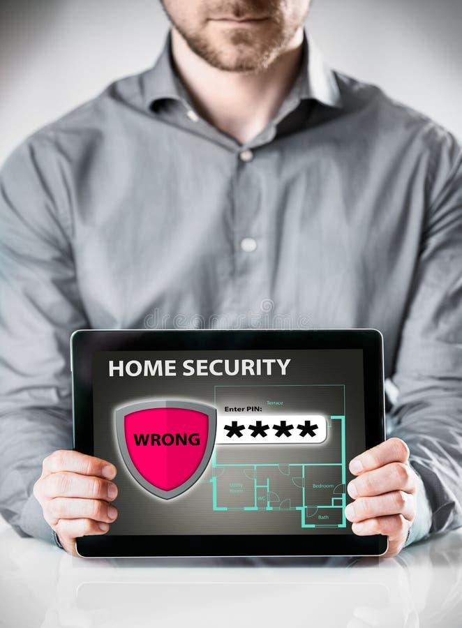De Tablet van de mensenholding met de Vertoning van de Huisveiligheid royalty-vrije stock afbeeldingen