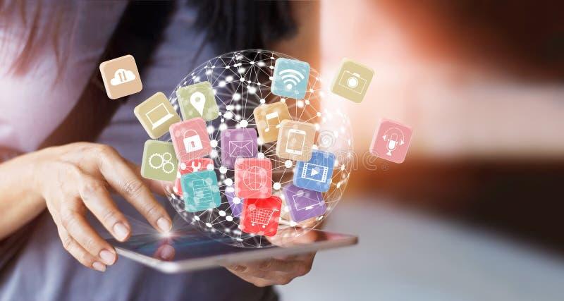 De tablet van de vrouwengreep voor het online netwerk van de bankwezenbetaling stock foto's