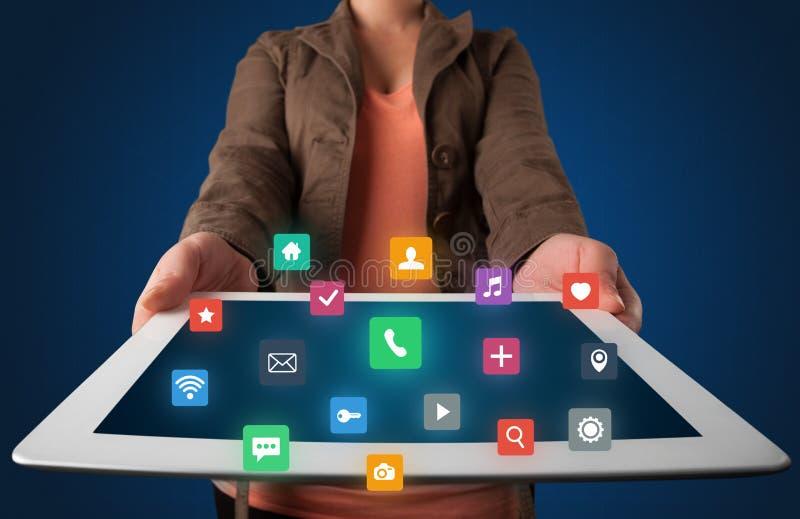 De tablet van de vrouwenholding met de grafiek van verschillende media stock foto's