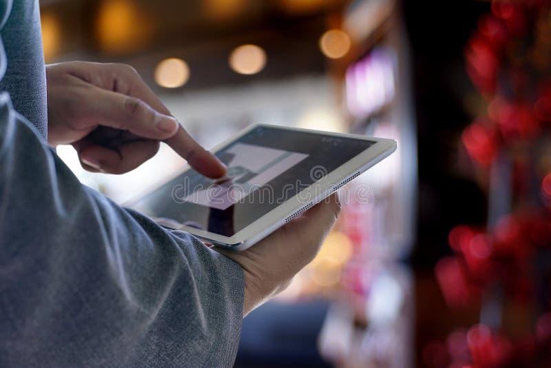 Download De Tablet Van De Mensenaanraking, Laptop Het Verbinden Van De Bedrijfs Wifitechnologie Peo Stock Afbeelding - Afbeelding bestaande uit kaukasisch, vertoning: 107707473