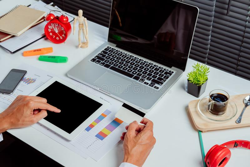 De tabletpc van de mensenholding en creditcard royalty-vrije stock fotografie