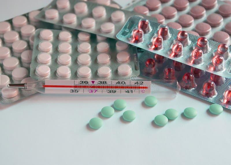 De tabletten in pakken zijn op de lijst Antibiotica van het virus Behandeling van de ziekte royalty-vrije stock foto