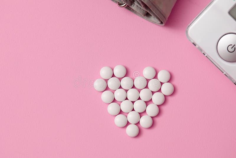 De tabletten worden opgemaakt in de vorm van een hart, royalty-vrije stock fotografie