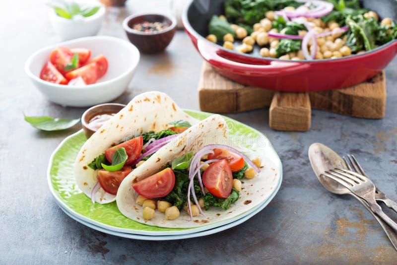 De taco's van het veganistontbijt met boerenkool en kekers stock foto