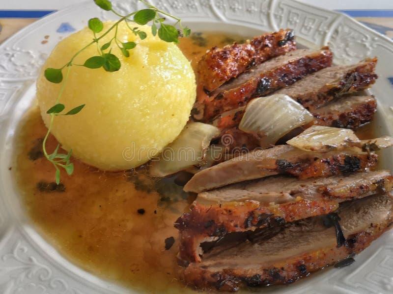 De tactvol geroosterde filet van de eendborst met aardappelbol stock afbeeldingen