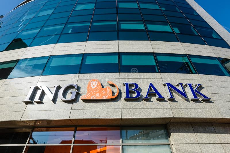 De takingang van ING Bank ING-de Groep is een multinationaal die bankwezenbedrijf in wordt gebaseerd stock afbeelding