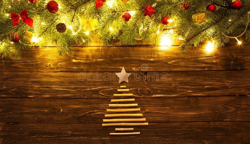 De takken van de Kerstmisspar met speelgoed op houten lijst royalty-vrije stock foto's