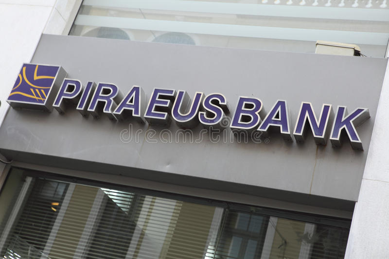 De takteken van de Bank van Pireaus stock foto's