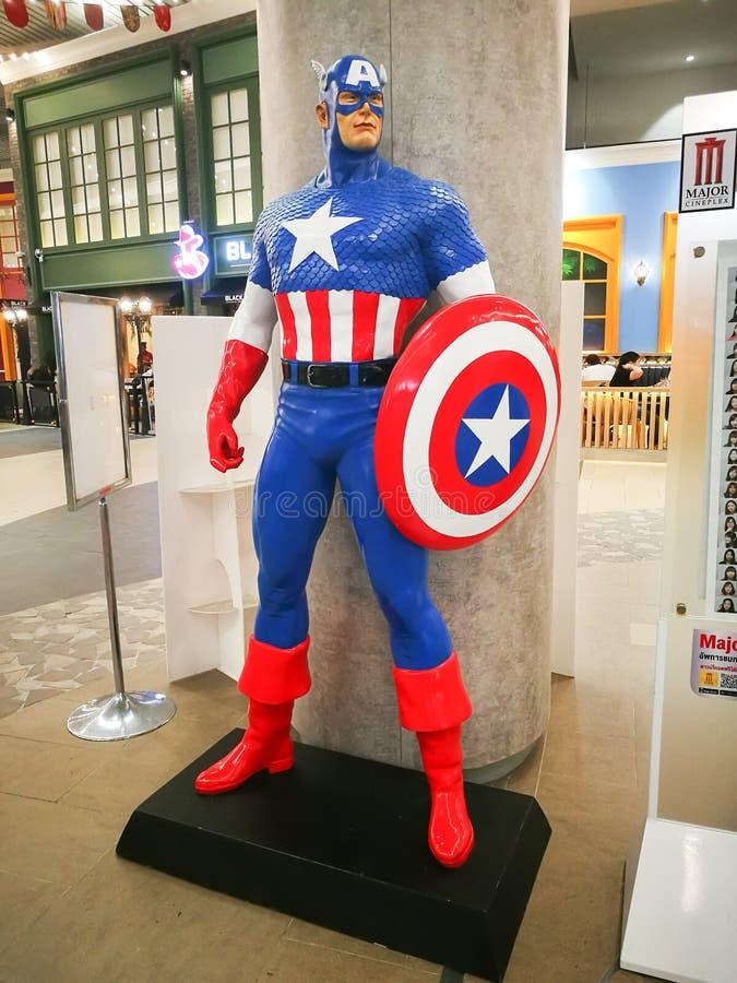 De tamaño natural de modelo de capitán América en la versión cómica de la maravilla que exhibe en un teatro foto de archivo