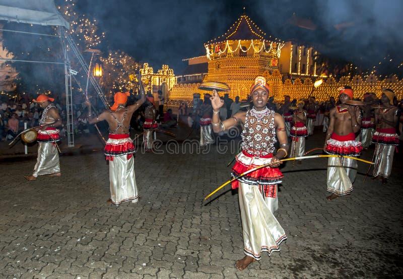 De tamboerijndansers (Rabun Nettuwo) presteren langs de straten van Kandy tijdens Esala Perahera in Sri Lanka royalty-vrije stock afbeelding