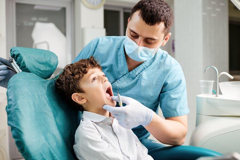 De tandarts controleert de tanden van het kind royalty-vrije stock foto's