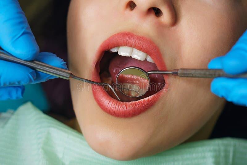 De tandarts onderzoekt tanden van meisje royalty-vrije stock foto