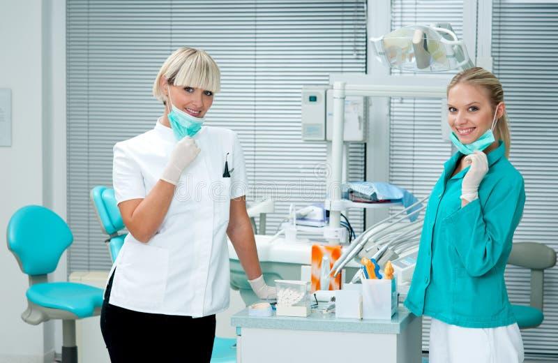 De tandarts van de vrouw met medewerker stock foto