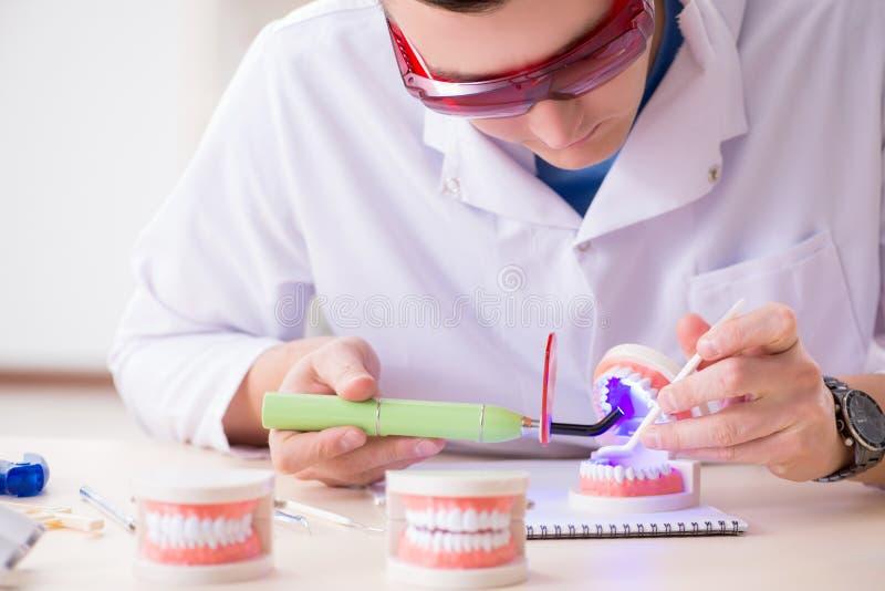 De tandarts werkende tanden inplanteren in medisch laboratorium stock foto's
