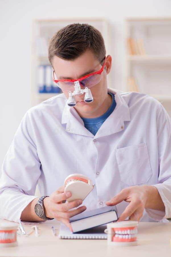 De tandarts werkende tanden inplanteren in medisch laboratorium stock afbeelding