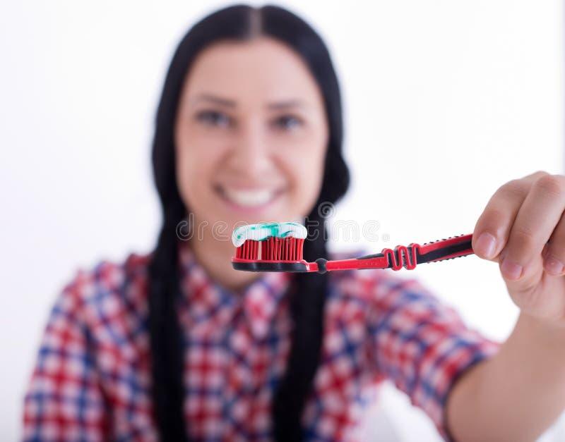 De tandenborstel van de meisjesholding met deeg royalty-vrije stock afbeeldingen