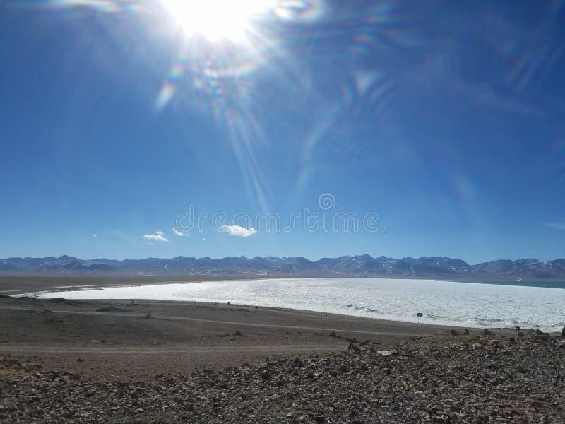 De Tanggulabergen worden gevestigd bij de grens tussen het noordoostelijke Autonome Gebied van Tibet van China en Qinghai-Provinc royalty-vrije stock foto's