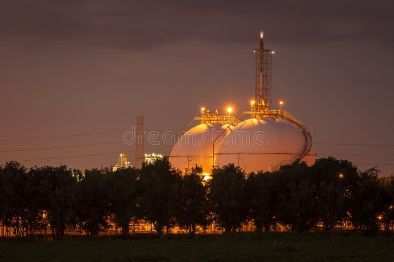 De tanks van de aardolieopslag op petrochemische installatie royalty-vrije stock fotografie
