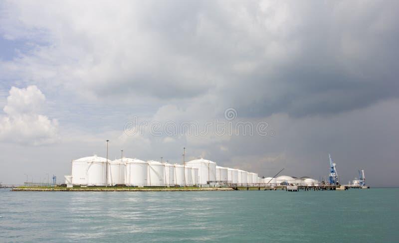 De tanks van de olieraffinaderij royalty-vrije stock fotografie