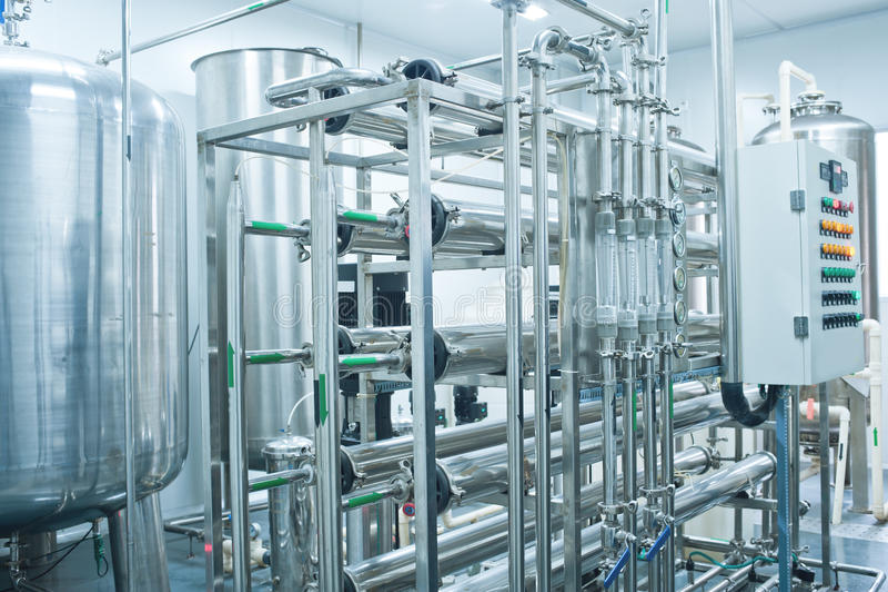 De tanks van het water, de apparatuur van de waterbehandeling stock afbeelding