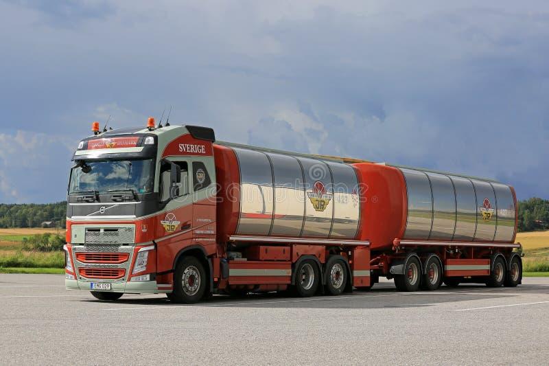 De Tankwagen van Volvo FH 500 en Donkere Hemel royalty-vrije stock afbeeldingen