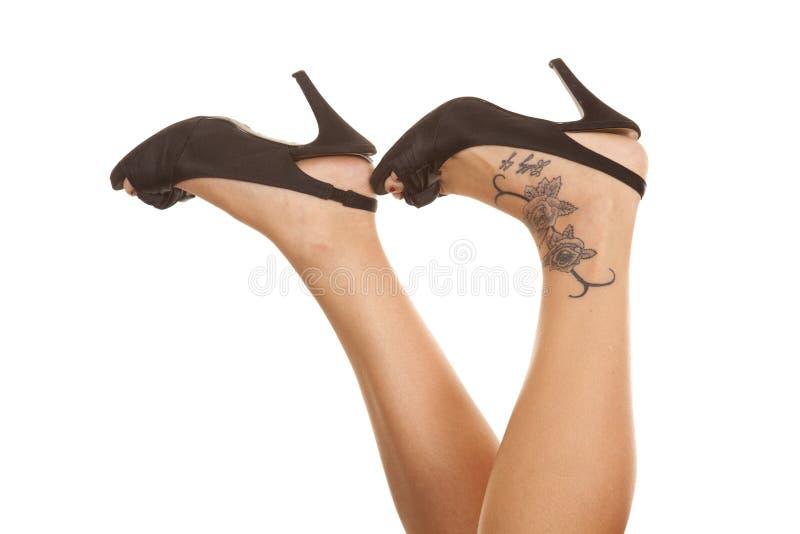 De tatoegering van vrouwenbenen hielt te voet omhoog royalty-vrije stock foto